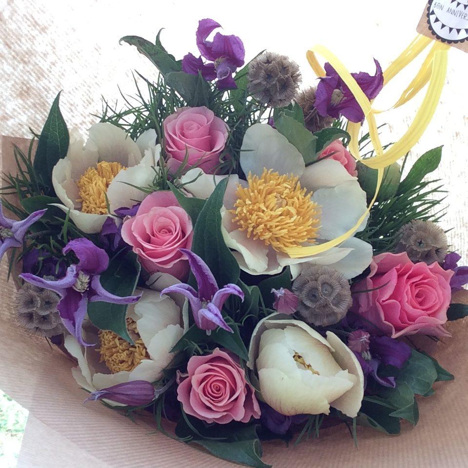 bouquet de fleurs été pivoine rose jaune violet kraft ecoresponsable artisan fleuriste metz effleurs