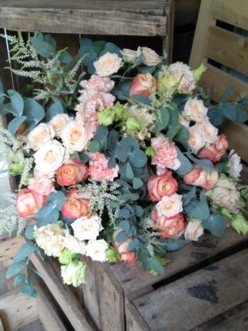 bouquet de fleurs champetre rose pâle et pêche eucalytpus fleuriste metz effleurs (1)