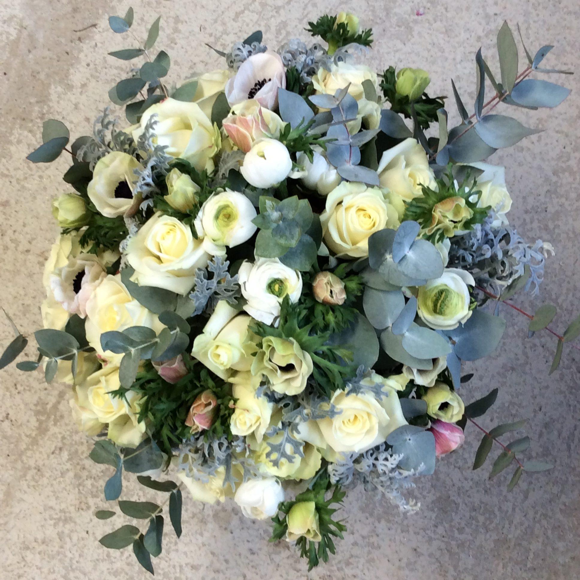 bouquet de fleurs fraiches renoncule anémone blanc eucalyptus fleuriste moselle effleurs