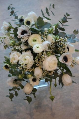 bouquet de fleurs hiver blanc renoncule anémone tulipe eucalyptus fleuriste la maxe effleurs