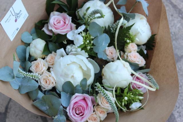 bouquet de fleurs pivoine blanche rose eucalyptus été emballage ecolo kraft fleuriste la maxe effleurs