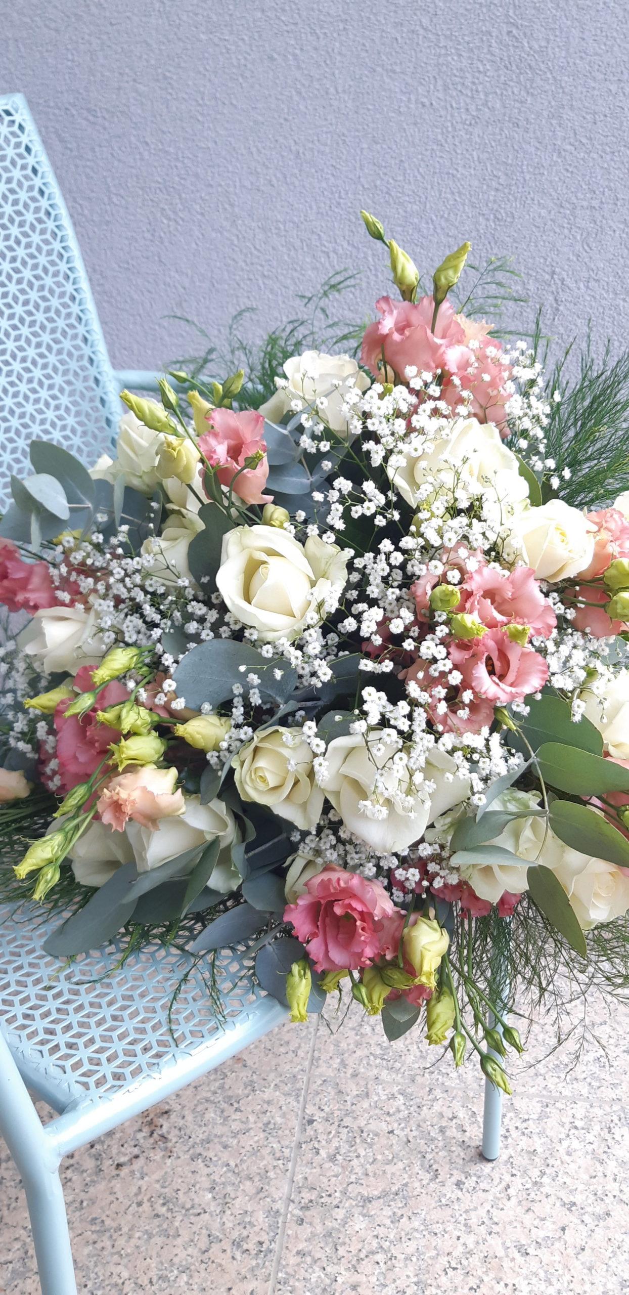bouquet de fleurs rose pâle et blanc eucalytpus fleuriste metz effleurs