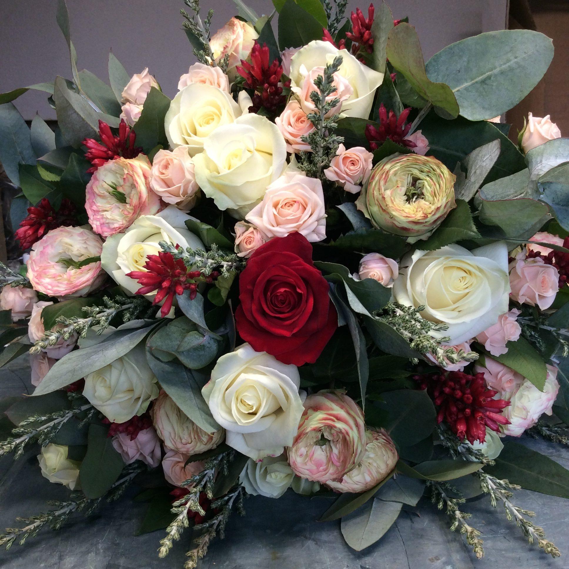 bouquet de roses rouge rose de jardin rose eucalyptus fleuriste woippy effleurs