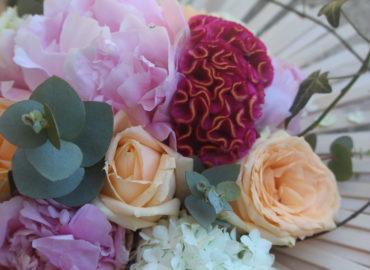 composition florale originale pivoine rose baton de glace été fleuriste moselle effleurs
